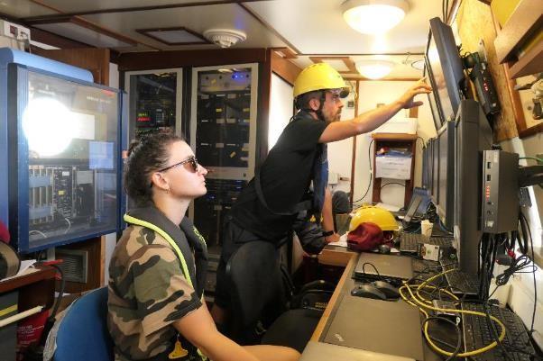Dans le PC scientifique, surveillance des écrans d'acoustique.